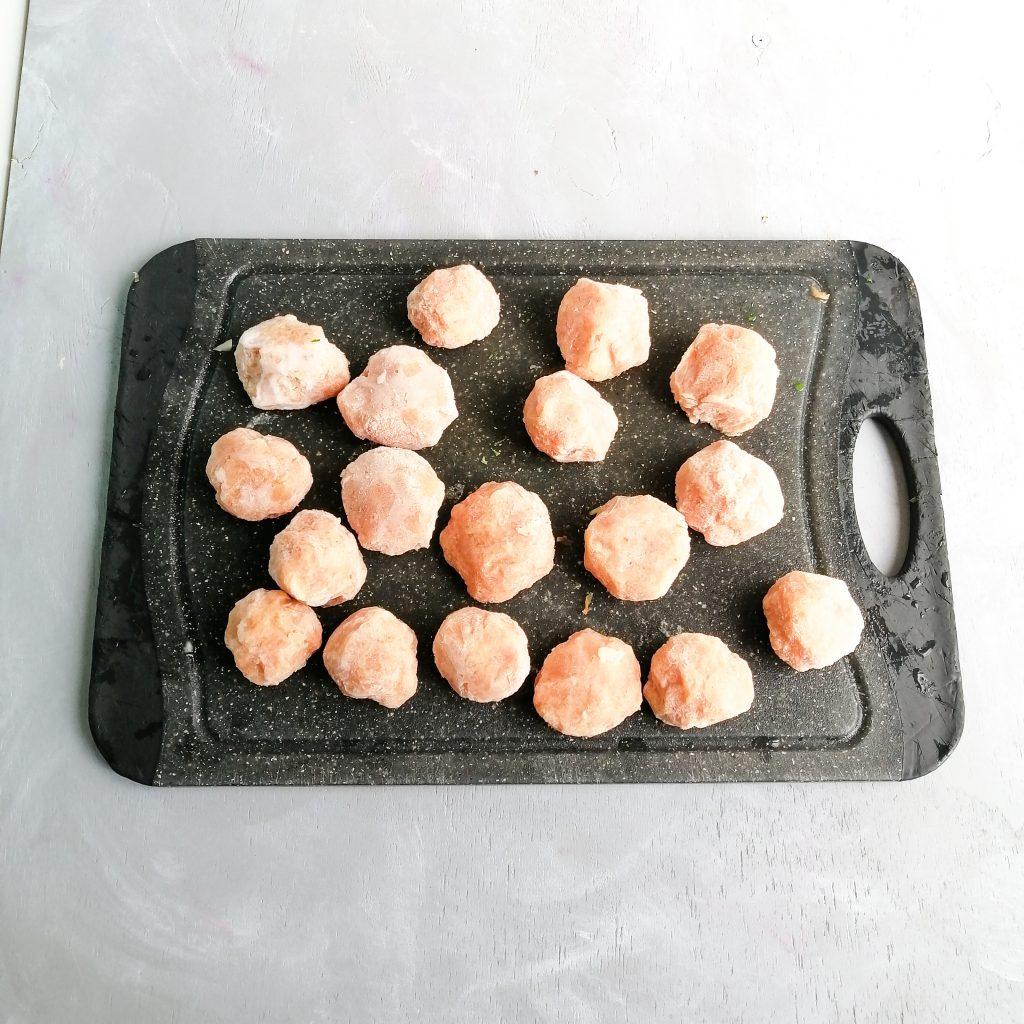 Fleischbällchen auf einem Brett einfrieren