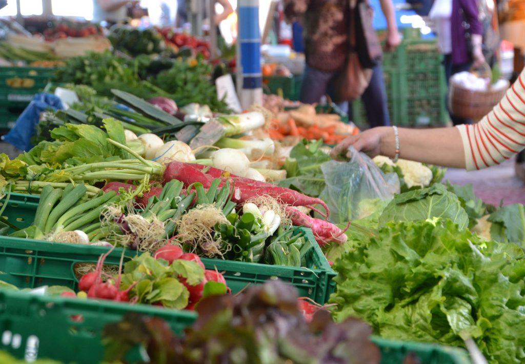 Gemüse in Kisten auf dem Markt. Saisonal